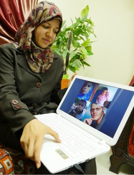 地中海を渡る密航船で死んだ兄の家族について語るアミーラ・シャースさん=8月、ガザ市で