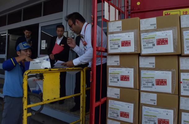 マイナンバー通知カードの入った段ボール箱を確認する伊野郵便局員ら=2015年10月
