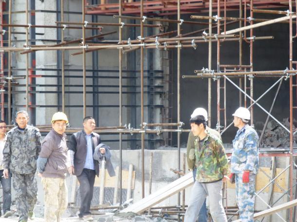 中国企業が建設をてがける欧州青年五輪会場そばの商業施設の工事現場で働く中国人労働者=2015年4月、トリビシ