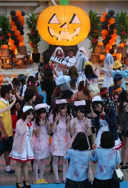 写真・図版 : 様々に仮装して集まった参加者=2015年10月24日、三重県桑名市のナガシマスパーランド