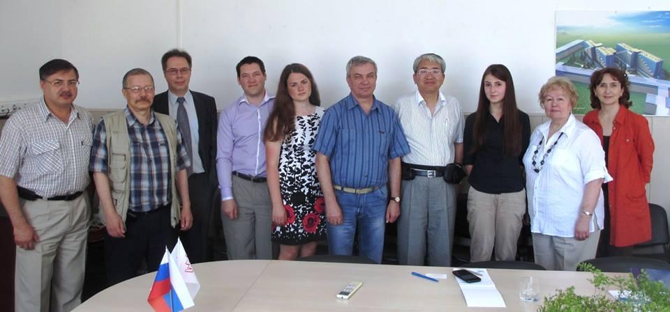 写真・図版 : 写真1:2014年6月、シベリアの玄関にあるノボシビルスク大学を訪問した。大学間交流の議論をしたいと事前に伝えていたら、学長(筆者横、右から5番目、青いシャツ)以下、主立った教授や国際部の事務方など大勢に大歓迎された。