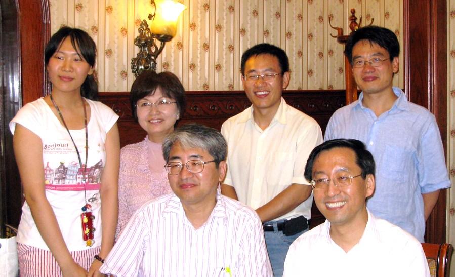 写真・図版 : 写真2:上海交通大学学長で親友の張傑(前列右)と筆者(前列左)。後ろは研究仲間の盛政明(Sheng, Zheng-ming)教授やその家族たち。