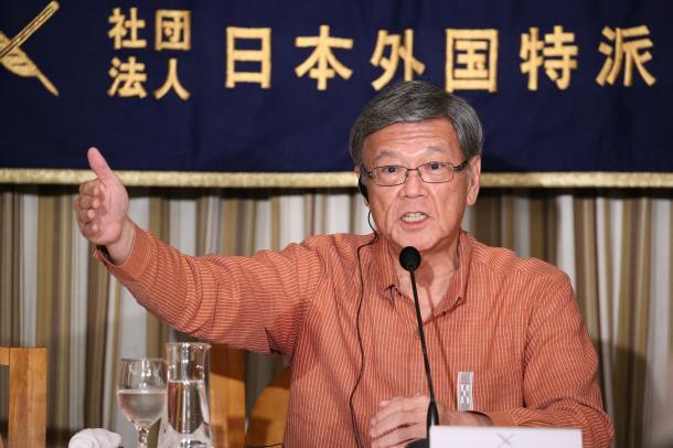 日本外国特派員協会で会見し、記者の質問に答える沖縄県の翁長雄志知事=2015年9月