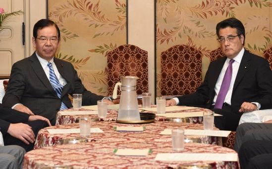 民主党・岡田克也代表(中央右)、共産党・志位和夫委員長