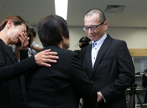 母(中央)と姉(左)と再会した朴龍晧さん=2015年10月26日、大阪市北区