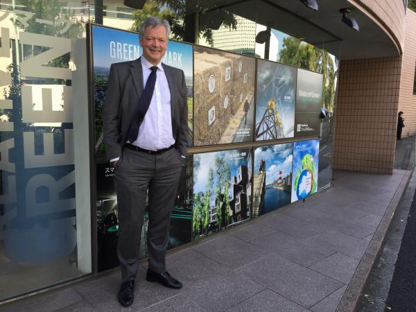 写真・図版 : ステート・オブ・グリーンのフィン・モーテンセン長官=東京都渋谷区のデンマーク大使館