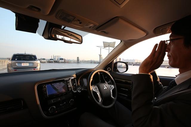 写真・図版 : 今年の東京モーターショーで披露された三菱自動車の自動運転システム=28日午後、東京都江東区、関田航撮影