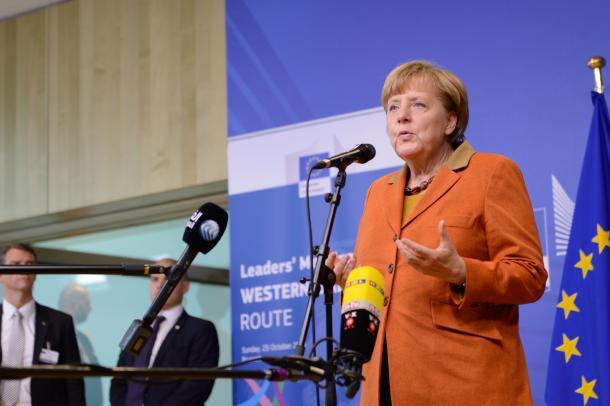 バルカンルート各国の緊急首脳会議前に記者団に難民問題を語るメルケル独首相=10月25日