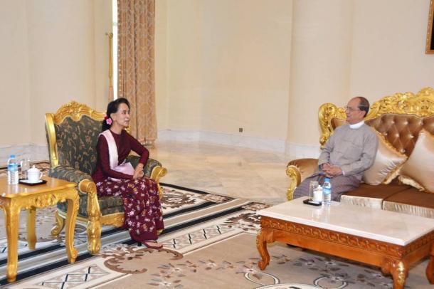テインセイン大統領(右)と会談するアウンサンスーチー氏=2日、ミャンマー大統領府提供