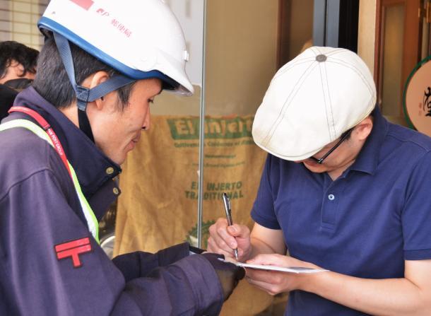 「マイナンバー」の通知郵便を受け取る男性=愛媛県新居浜市