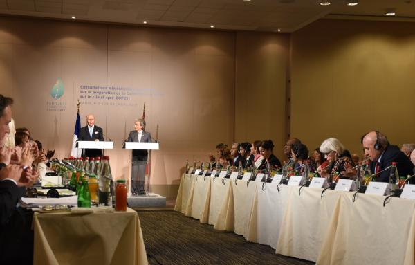 写真・図版 : COP21を前に開かれた閣僚級非公式会合には、約70カ国の政府代表が集まった=2015年11月8日、パリ、香取啓介撮影