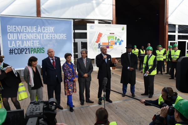 COP21議長を務めるファビウス仏外相が、各国の閣僚を引き連れ、建設中のCOP21会場を訪れた=2012年11月8日、パリ、香取啓介撮影