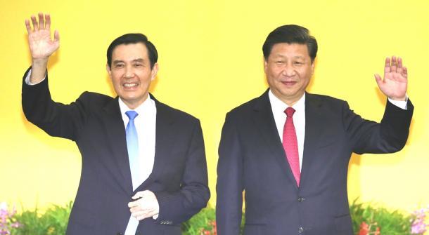 中国の習近平国家主席(右)と台湾の馬英九総統=7日午後、シンガポール
