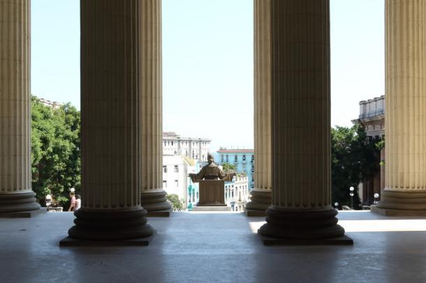 写真・図版 : 堂々たる風格のハバナ大学=撮影・筆者