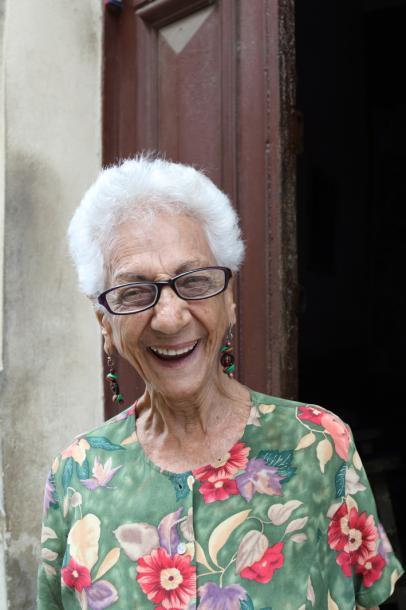 写真・図版 : 93歳だという。いろいろ乗り越えてきても、この笑顔、がキューバの強みだった=撮影・筆者