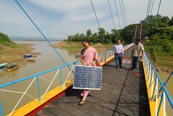 写真・図版 : バングラデシュでは太陽光発電によるオフグリッド化が急激に進んでいる(グラミンシャクティのHP)
