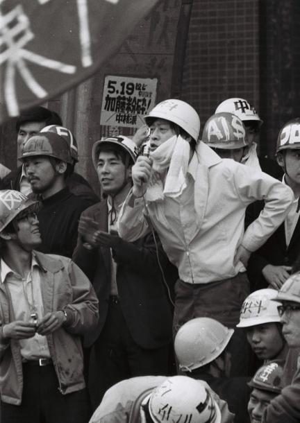講堂前の全学集会粉砕集会に出席し、あいさつする山本義隆・東大全共闘代表 1969519