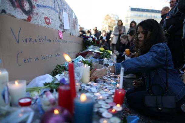 写真・図版 : パリ中心部のレピュブリック(共和国)広場には、追悼の祈りを捧げる人たちが集まった=11月15日