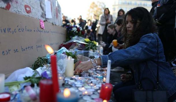 パリ中心部のレピュブリック(共和国)広場には、追悼の祈りを捧げる人たちが集まった=11月15日