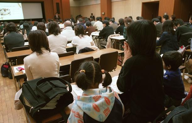 東京都教育委員会が開設を予定する都立の中高一貫校の説明会。毎回、多くの親子が集まった=2003年11月、東京都江東区