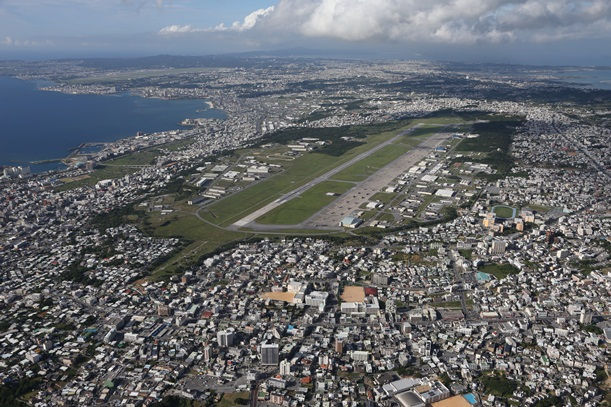 米軍の普天間飛行場。左奥は嘉手納基地=2015年5月17日、沖縄県宜野湾市