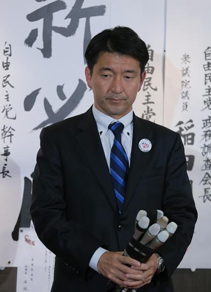 落胆した表情を見せる大阪市長選で落選した自民党推薦候補の柳本顕氏=2015年11月22日、大阪市北区