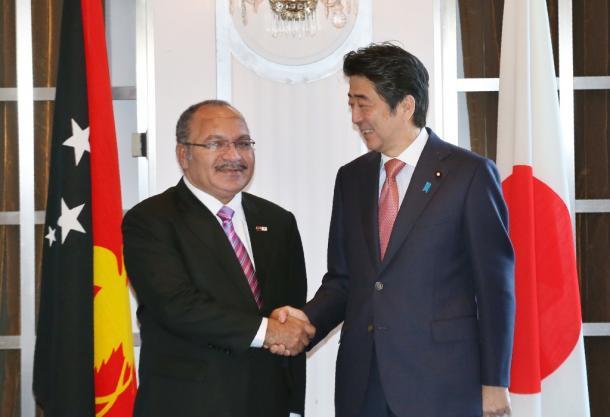 パプアニューギニアのオニール首相と安倍首相=201552121日午前11時35分、東京都千代田区、代表撮影