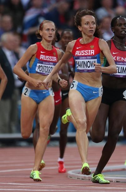 ドーピング違反により独立委員会の報告書で永久追放の勧告を受けた、ロンドン五輪の女子800メートルで金メダルのマリア・サビノワ(右、ロシア)と銅メダルのエカテリーナ・ポイストゴワ(左、同)=2012年8月7日