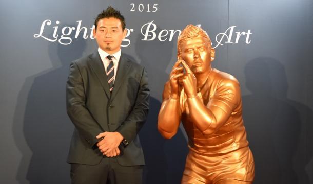 「五郎丸ポーズ」のブロンズ像