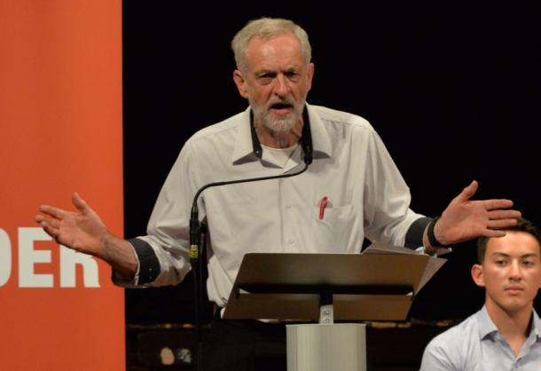 地元選挙区で党首選の演説をするジェレミー・コービン氏=10日、ロンドン北東部イズリントン