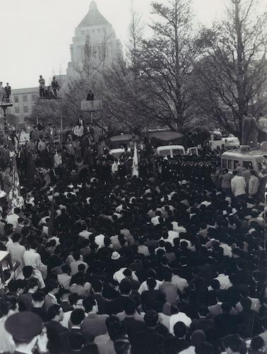 新日米安全保障条約の批准に反対し、国会前に座り込んだ学生たち=1960年4月23日