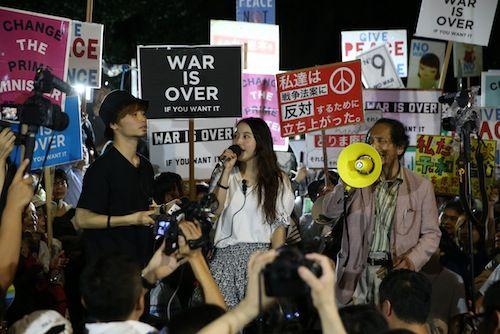 安保関連法案に反対し、声を上げるSEALDsのメンバー=9月11日、国会前
