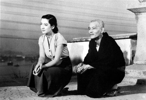 「東京物語」(53年)の原節子さんと笠智衆さん(左から