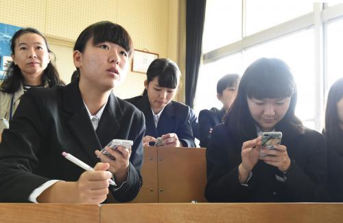写真・図版 : 授業でスマホを使って情報を検索し、データを集める奈良市立一条高の生徒たち=2015年10月24日、遠藤真梨撮影