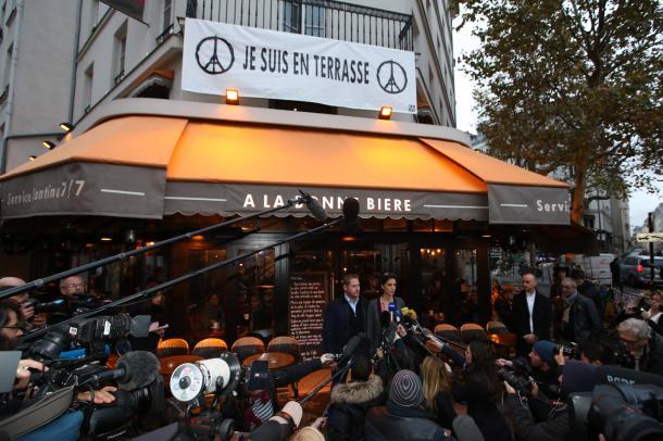 パリ同時テロで被害を受け、ようやく再開したバーカフェ「ボン・ビエール」。オーナーが店前で記者会見した=2015年12月4日、パリ