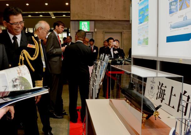 海上自衛隊が展示した潜水艦の模型をマレーシア軍幹部が見ていた=2015年5月、横浜市のパシフィコ横浜