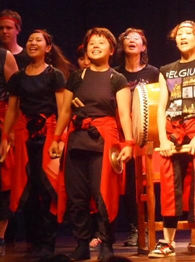 ベネズエラで和太鼓の演奏後にあいさつする「千ちゃん」(中央)=6月22日、カラカスで.