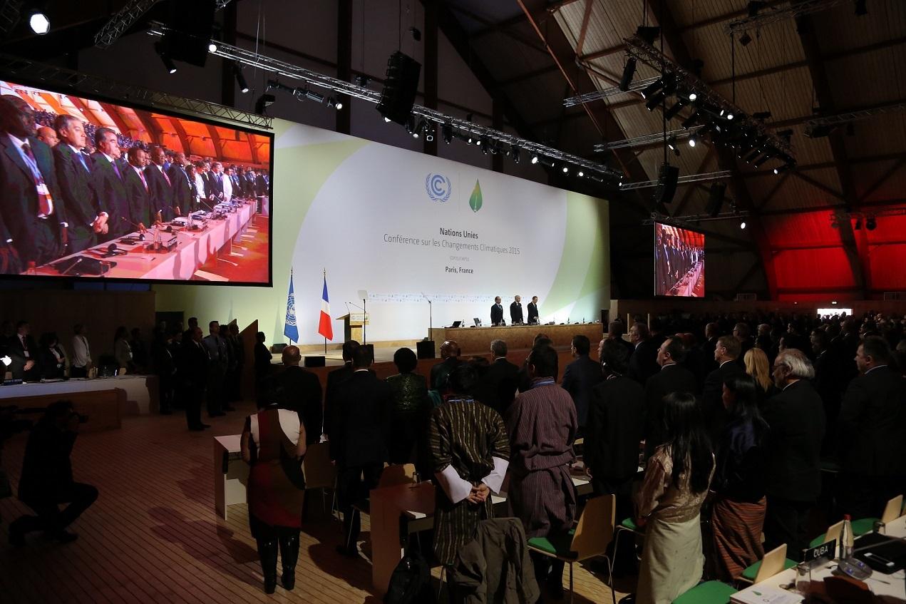 写真・図版 : COP21開幕。パリ同時テロの犠牲者に黙禱、11月30日。