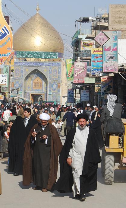 イラクのフセイン政権が倒れt後、シーア派が政治の主導権を握り、シーア派の聖地ナジャフ市街は活気があった=2009年11月、撮影・筆者