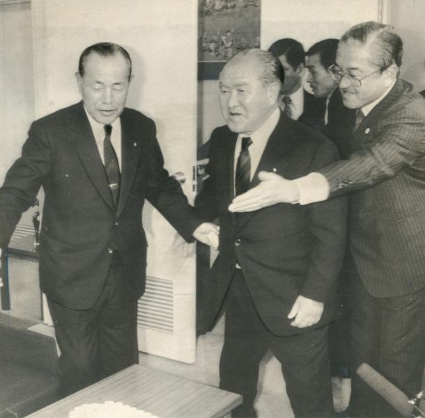 写真・図版 : 自民党総裁選挙問題で田中角栄元首相(左端)を訪れた鈴木善幸前首相(中央)。右は秘書の早坂茂三氏=1984年10月