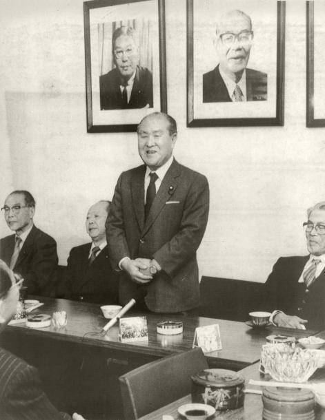 宏池会会長代行に宮沢喜一・前官房長官(鈴木氏の左)を指名する鈴木善幸前首相