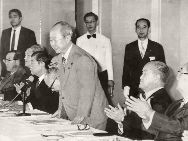 写真・図版 : 宮沢喜一蔵相が自民党総裁選出馬を表明。手前は鈴木善幸元首相