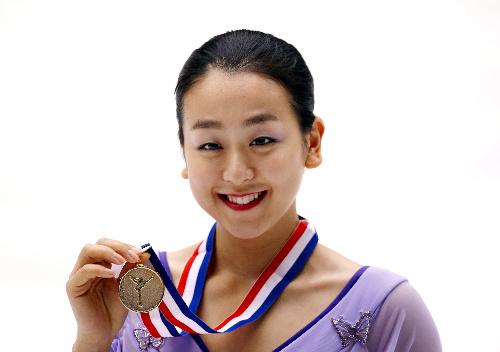 中国杯 金メダルを手に笑顔の浅田真央=ロイター