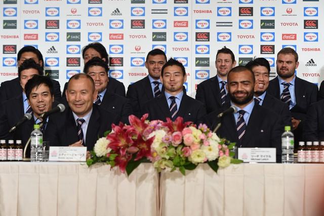 写真・図版 : ラグビー日本代表の帰国記者会見。前列左がエディ・ジョーンズヘッドコーチ=10月13日、井手さゆり撮影