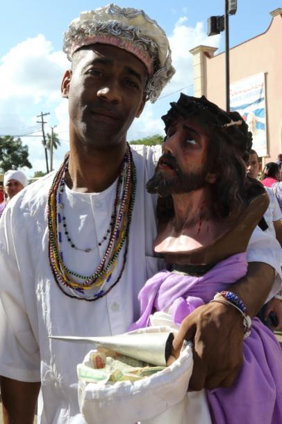 写真・図版 : こんな迫力あるラザロと一緒の人=撮影・筆者