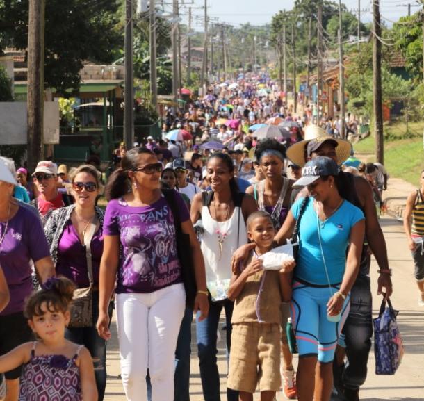 写真・図版 : 紫色の人の群れ。教会へ向かう人、帰る人が交差する=撮影・筆者
