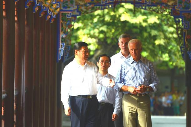 写真・図版 : 2011年8月、四川省の歴史的史跡を自ら案内する習近平・中国国家副主席(当時)と、バイデン米副大統領。2人は、通訳だけを交えて、長時間話し込んでいた=尾形聡彦撮影