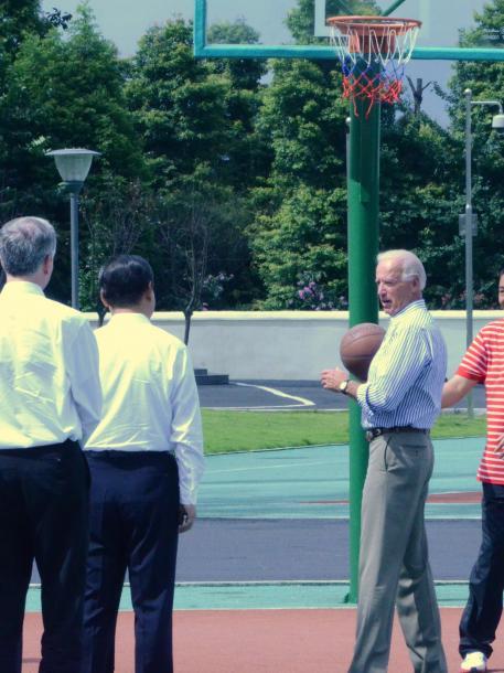 写真・図版 : 2011年8月、訪問先の四川省の高校のコートでバスケットボールに興じるバイデン米副大統領と、横で見守る後ろ姿の習近平・中国国家副主席(肩書は当時、写真中央左)=尾形聡彦撮影