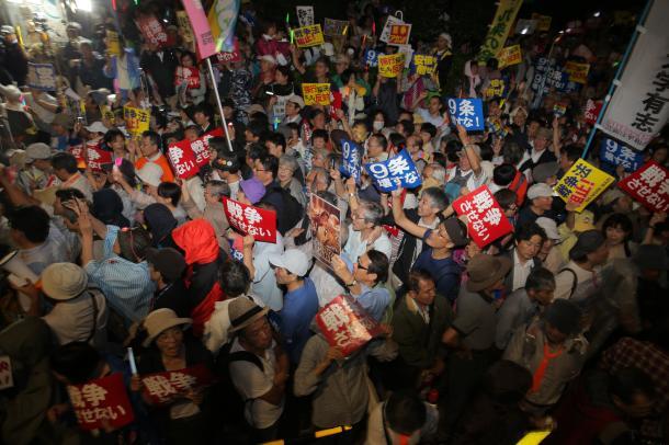 写真・図版 : 国会前には多くの人が集まり、安保関連法案の採決強行阻止を訴えた=2015年9月16日