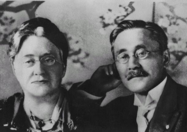 旧紙幣の新渡戸稲造の肖像の参考にされた稲造の写真。左はメリー夫人(青森県の新渡戸稲造記念館提供)